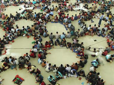 Ratusan santri membaca Alquran saat tadarus massal awal Ramadan 1440 H di Pesantren Ar-Raudhatul Hasanah, Medan, Sumatera Utara pada 6 Mei 2019. Tadarus yang diikuti sedikitnya 3.200 santri tersebut merupakan kegiatan rutin selama bulan Ramadan di pesantren tersebut. (RAHMAD SURYADI / AFP)