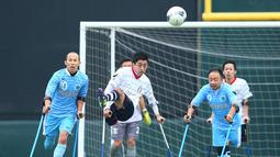 Pemain FC Alvorada Kawasaki (tengah) menendang bola saat pertandingan final kejuaraan nasional melawan  FC Kyushu Bairaor di Fujitsu Stadium Jepang. Kejuaraan ini diperuntukkan untuk orang yang memiliki cacat fisik. (Aflo/Rex Shutterstock/Dailymail)