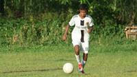 Yoel Cornelius Juwadi, pemain yang lolos seleksi Bhayangkara FC U-16 dan dipersiapkan untuk EPA U-16 2021. (Bola.com/Gatot Susetyo)
