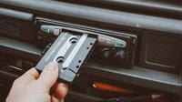 Ilustrasi kaset, mendengarkan lagu, musik. (Photo by Tobias Tullius on Unsplash)