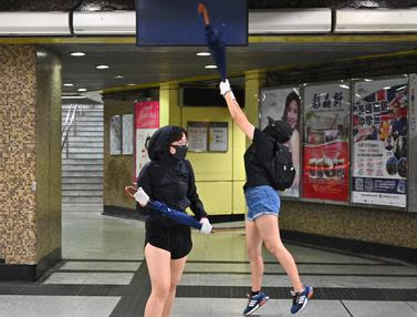 Demonstran Bertopeng Rusak Stasiun MTR Hong Kong