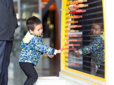 Seorang anak menjajal sebuah perangkat yang dipamerkan di Museum Ilmu Pengetahuan dan Teknologi Nanjing saat Pekan Ilmu Pengetahuan dan Perdamaian Internasional di Nanjing, Provinsi Jiangsu, China timur (11/11/2020). (Xinhua/Zhang Meng)