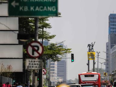 Sejumlah orang membentangkan spanduk di Patung Selamat Datang, Bundaran HI, Jakarta, Rabu (23/10/2019). Aksi ini dilakukan untuk menggalang kepedulian terhadap lingkungan Indonesia. (Liputan6.com/Faizal Fanani)