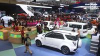 Suasana pameran GIIAS 2017 di Indonesia Convention Exhibition BSD City, Tangerang, Banten, Kamis (10/8). Pemerintah pun berharap iklim perekonomian dan industri mampu lebih bergairah dengan adanya GIIAS tahun ini. (Liputan6.com/Angga Yuniar)