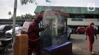 Petugas pemadam kebakaran Jakarta Pusat saat menyemprotkan cairan disinfektan di area parkir Pasar Rawasari, Jakarta, Kamis (11/6/2020). (merdeka.com/Iqbal S. Nugroho)