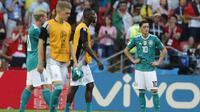 Mesut Ozil dengan tatapan kosong melihat setelah timnya kalah 0-2 dari Korea Selatan pada laga grup F Piala Dunia 2018 di Kazan Arena, Kazan, Rusia, (27/6/2018). Kekalahan tersebut membuat Jerman gagal melju ke babak 16 besar. (AP/Frank Augstein)