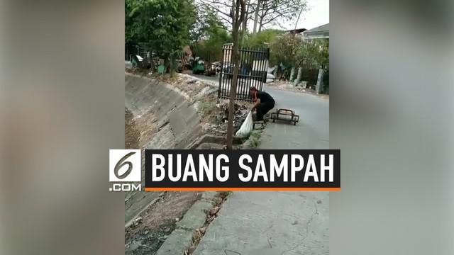 Seorang pria kedapatan sedang membuang sampah ke dalam pinggir got di kali Sunter. Diduga sampah dalam karung tersebut adalah sampah jeroan hewan.