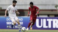 Gelandang Timnas Indonesua U-19, Beckham Putra, berebut bola dengan pemain Timnas Iran U-19 pada laga uji coba di Stadion Patriot Chandrabhaga, Bekasi, Sabtu (7/9). Indonesia kalah 2-4 atas Iran. (Bola.com/Yoppy Renato)