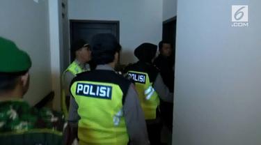 5 pasangan terjaring dalam razia asusila yang dilaksanakan di hotel-hotel yang diduga mesum. Hasilnya seorang PNS tertangkap sedang asik berduaan di dalam kamar.