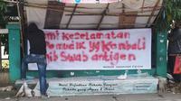 Warga Tangerang pasang spanduk meminta orang yang pulang mudik bebas Covid-19. (Foto: Pramita Tristiawati/Liputan6.com).