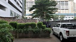 Sebuah rumah usang di halaman belakang apartemen Thamrin Executive Residence, Kebon Melati, Jakarta, Minggu (22/9/2019). Pemilik rumah memilih bertahan dan tidak ingin warisan nenek moyangnya itu dijual kepada pihak apartemen yang menawar hingga Rp 2 miliar lebih. (merdeka.com/Iqbal S Nugroho)