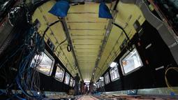 Para teknisi bekerja di lini produksi kereta cepat CRRC Tangshan Co., Ltd. di Kota Tangshan, Provinsi Hebei, China, 16 Juli 2020. Kapasitas produksi perusahaan ini telah pulih dari efek COVID-19 berkat bantuan pemerintah lokal untuk memenuhi pesanan dari China maupun luar China (Xinhua/Xing Guangli)