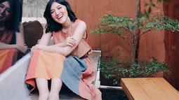 Kecantikan eks BLINK ini semakin terlihat nyata. Gaya santainya duduk sambil tersenyum, membuat Ify semakin terpancarkan aura bahagianya. Gaya fashionnya selalu menarik perhatian dengan warna-warna baju yang menggambarkan keceriaan. (Liputan6.com/IG/@ifyalyssa)