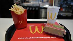 Makanan dan minuman dari restoran cepat saji McDonald's dengan logo terbalik yang disajikan di Lynwood, California (8/3). (Neilson Barnard / Getty Images / AFP)
