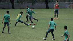 Pemain Timnas Indonesia U-23, Egy Maulana, menendang bola saat latihan di Lapangan ABC Senayan, Jakarta, Rabu (25/4/2018). Latihan tersebut dalam rangka persiapan Anniversary Cup 2018. (Bola.com/M Iqbal Ichsan)