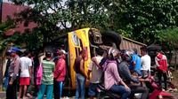 Bus sekolah yang mengangkut rombongan pengajian terguling di Rejang Lebong Bengkulu (Liputan6.com/Yuliardi Hardjo)