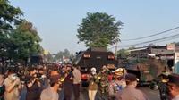 Petugas gabungan siagakan mobil barakuda dan panser di pos penyekatan Lenteng Agung pada hari ketiga pelaksanaan PPKM Darurat, Senin 5 Juli 2021. (Foto: Twitter @TMCPoldaMetro)