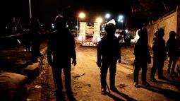 Pasukan keamanan berjaga di lokasi serangan bom bus wisata di sebuah daerah dekat Piramida Giza di Kairo, Mesir (28/12). Juru bicara Kementerian Luar Negeri Mesir Ahmed Hafez menyebut serangan itu sebagai tindakan terorisme. (AP Photo/Nariman El-Mofty)