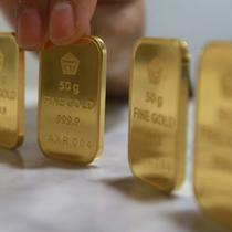 Harga emas PT Aneka Tambang Tbk (Antam) turun Rp 2.000 menjadi Rp 593 ribu per gram pada perdagangan hari ini, Jakarta, Selasa (15/11). Di awal pekan harga emas Antam ada di angka Rp 595 ribu per gram. (Liputan6.com/Angga Yuniar)