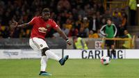 Gelandang Manchester United, Paul Pogba, gagal melakukan eksekusi penalti saat melawan Wolverhampton pada laga Premier League di Stadion Molineux, Wolverhampton, Senin (19/8). Kedua klub bermain imbang 1-1. (AFP/Paul Ellis)