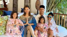 Ketika menikah pada 18 September 2011 silam, Justin Werner yang beragama nasrani pun pindah keyakinan menjadi seorang muslim. Setelah mualaf, ia pun membubuhkan 'Ibrahim' sebagai nama depannya. (Liputan6.com/IG/indahkalalo)