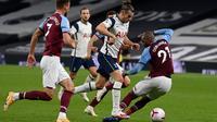 Penyerang Tottenham Hotspur, Gareth Bale mengontrol bola melewati pemain West Ham, Angelo Ogbonna dalam laga Liga Inggris di Tottenham Hotspur Stadium, Minggu (18/10/2020). Laga yang berakhir dramatis 3-3 itu diwarnai debut bintang anyar Tottenham, Gareth Bale. (Neill Hall/Pool via AP)