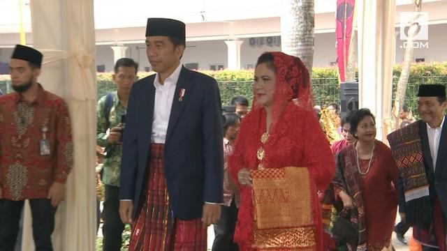 Pesta Adat Kahiyang-Bobby masuk ke puncaknya. Ibu Negara memakai kebaya merah dan kain berwarna emas.