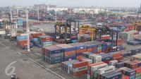 Ratusan peti kemas di area JICT, Tanjung Priok, Jakarta, Kamis (22/10/2015). Mendag Thomas T. Lembong memproyeksikan, kinerja ekspor hingga akhir tahun akan turun 14% dan impor turun 17% secara year on year. (Liputan6.com/Angga Yuniar)