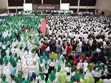 10.000 umat muslim menghadiri acara Silaturahmi Nasional Ulama Rakyat di Ancol, Jakarta, Sabtu (12/11). Acara yang di gagas oleh Partai Kebangkitan Bangsa tersebut bertujuan mendoakan keselamatan Bangsa Indonesia. (Liputan6.com/Johan Tallo)