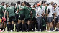 Para pemain Timnas Indonesia U-22 berkumpul usai latihan di Stadion Madya Senayan, Jakarta, Selasa (29/1). Latihan ini merupakan persiapan jelang Piala AFF U-22. (Bola.com/Yoppy Renato)