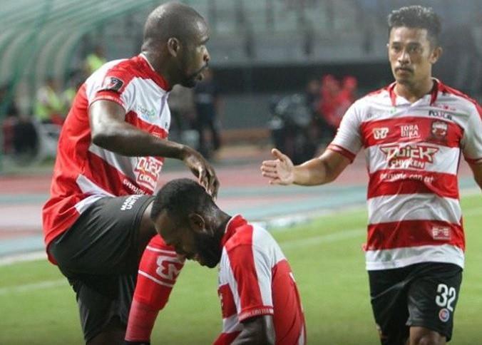 Pemain Madura United rayakan gol Greg Nwokolo (kiri) ke gawang Perseru Serui pada laga Grup C di Gelora Bung Tomo, Kamis (18/1/2018). (Dok Madura United)
