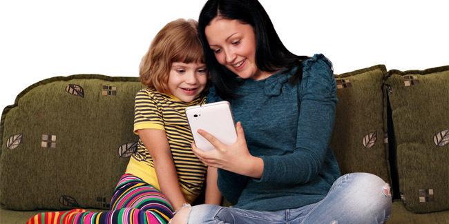 Mengecek perkembangan anak lewat gadget./copyright Shutterstock.com