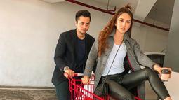 Sang suami dari Louise Anastasya ini merupakan seorang model bernama Eugenio Cimolin. Ia pun banyak tampil dalam berbagai iklan yang muncul di layar kaca Indonesia. (Liputan6.com/IG/@louiseans)
