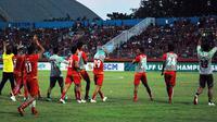 Pemain Myanmar U-19 menyapa suporter Indonesia pada semifinal Piala AFF U-19, Kamis (12/7/2018) di Stadion Gelora Delta, Sidoarjo. (Bola.com/Zaidan Nazarul)