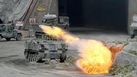 Tentara Uni Emirat Arab (UEA) menggelar latihan militer saat pembukaan Pameran dan Konferensi Pertahanan Internasional (IDEX) di Abu Dhabi, UEA, Minggu (17/2). Pameran ini diadakan setiap dua tahun sejak 1993. (AFP)