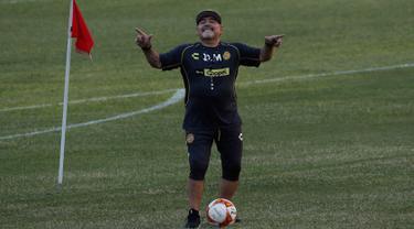 Gaya Diego Maradona Saat Latih Klub Divisi 2 Meksiko