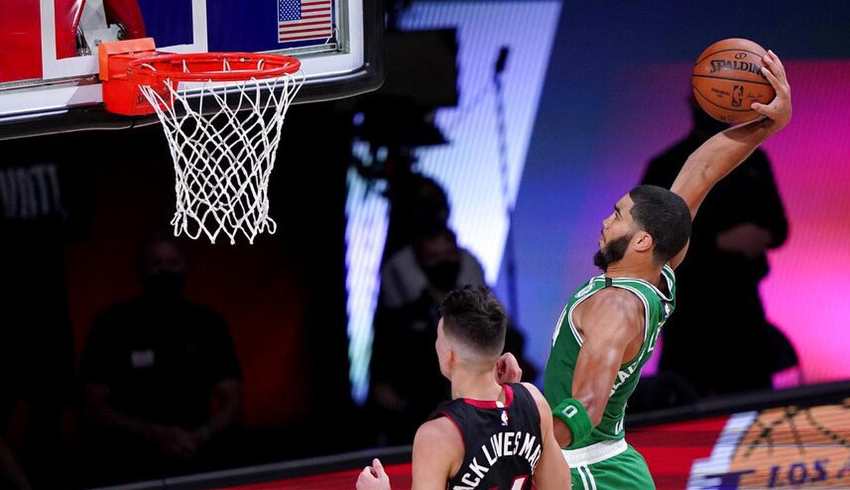 Pebasket Boston Celtics, Jayson Tatum, memasukkan bola saat melawan Miami Heat pada pada gim ketiga final Wilayah Timur di Lake Buena Vista, Sabtu (19/9.2020). Boston Celtics menang dengan skor 117-106. (AP/Mark J. Terrill)