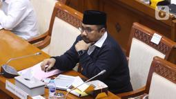 Menteri Agama Yaqut Cholil Qoumas saat mengikuti rapat kerja dengan Komisi VII DPR di Kompleks Parlemen, Senayan, Jakarta, Senin (15/3/2021). Rapat kerja tersebut membahas persiapan penyelenggaraan ibadah haji 1442 H/2021 M dan vaksinasi jemaah haji. (Liputan6.com/Angga Yuniar)
