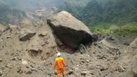 Dua pencari burung diduga tertimbun longsor di Gunung Galunggung pada Minggu, 17 September 2017. (Liputan6.com/Jayadi Supriadin)