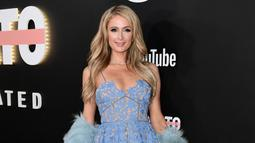 """Pose Paris Hilton saat menghadiri pemutaran perdana Los Angeles """"Demi Lovato: Simply Complicated"""" di Teater Fonda, Los Angeles, California (11/10). Paris Hilton tampil dengan gaun seksi berwarna biru. (Photo by Chris Pizzello/Invision/AP)"""