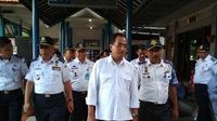 Menhub Budi Karya Sumadi saat meninjau kesiapan kendaraan arus balik di Terminal Harjamukti, Kota Cirebon. (Liputan6.com/Panji Prayitno)