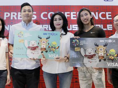 Direktur Konsumer BRI, Handayani, foto bersama perwakilan atlet saat jumpa pers di Jakarta, Senin (28/5/2018). Menyambut Asian Games 2018 BRI dan Nike akan menggelar Nike Warehouse Sale di JCC pada 30 Mei- 3 Juni 2018. (Bola.com/M Iqbal Ichsan)