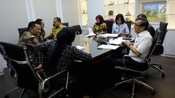 Menteri Hukum dan HAM Yasonna H Laoly berbincang dengan pimpinan Badan Legislasi (Baleg) sebelum melakukan rapat kerja di Gedung DPR, Jakarta, Selasa (23/10). Rapat dihadiri Anggota Baleg, Anggota DPD, dan pemerintah. (Liputan6.com/JohanTallo)