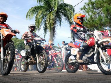 Peserta Komando Trail Adventure (Kotra) 2 melintasi garis start di Yon 14 Grup 1 Kopassus, Bogor, Jawa Barat, Sabtu (8/4). Acara ini bagian perayaan HUT Kopassus ke-65 dan diikuti ribuan kroser. (Liputan6.com/Helmi Fithriansyah)