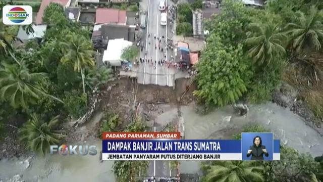 Hujan deras akibatkanair terjun Lembah Anai di Padang Pariaman meluap hingga ke jalan.