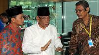 KH Hasyim Muzadi (tengah) mendatangi Gedung KPK (Liputan6.com/Helmi AfandiI)