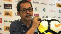 Pelatih Persela Lamongan, Aji Santoso.  (Bola.com/Muhammad Ginanjar)