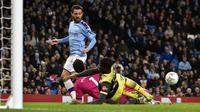 Penyerang Manchester City, Bernardo Silva, melepaskan tendangan saat melawan Southampton pada laga Piala Liga Inggris di Stadion Etihad, Selasa (29/10). Manchester City menang 3-1 atas Southampton. (AP/Rui Vieira)