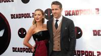 """Pemeran utama film Deadpool, Ryan Reynolds menggandeng istrinya Blake Lively saat menghadiri pemutaran khusus """"Deadpool 2"""" di AMC Loews Lincoln Square, New York (14/5). (Brent N. Clarke / Invision / AP)"""