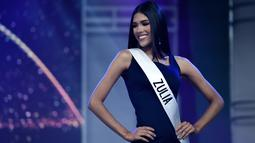 Kontestan dari Zulia, Melissa Jimenez berpose selama gladi resik Miss Venezuela 2019 di Caracas (30/7/2019). Di 2019, untuk pertama kalinya Miss Venezuela tidak akan menyebutkan ukuran pinggang, pinggul dan dada para kandidat untuk menghindari stereotip gender perempuan. (AFP Photo/Federico Parra)